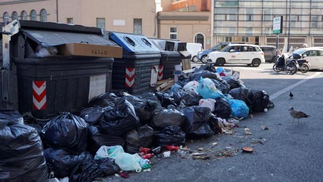 Basura acumulada en las calles de Roma.