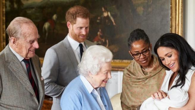 El príncipe Enrique de Inglaterra y la duquesa de Sussex, Meghan Markle, presentan a su hijo recién nacido, Archie Harrison Mountbatten-Windsor, a la madre de la duquesa de Sussex, Doria Ragland, y a la reina Isabel II de Inglaterra y a su esposo Felipe, duque de Edimburgo.