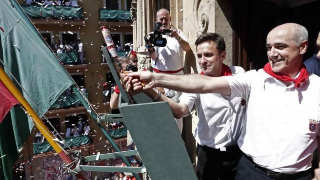 Jesús Garisoain, subdirector de La Pamplonesa, enciende la mecha del chupinazo.