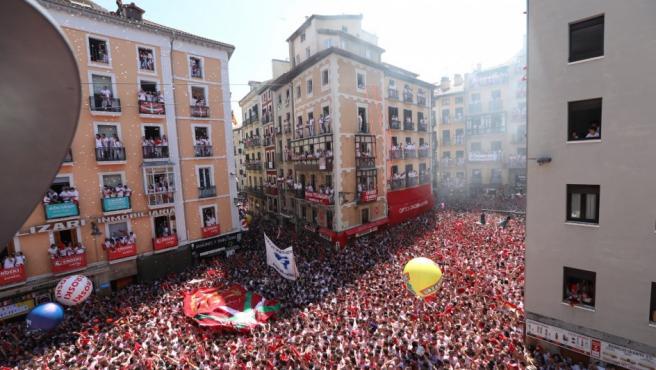 La Plaza Consistorial durante el lanzamiento del chupinazo en Pamplona.