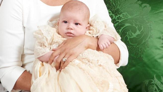 Archie, el hijo de los duques de Sussex, tras su bautizo.