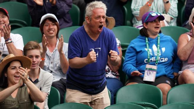 John Bercow, 'speaker' del Parlamento británico, animando a Roger Federer en Wimbledon.