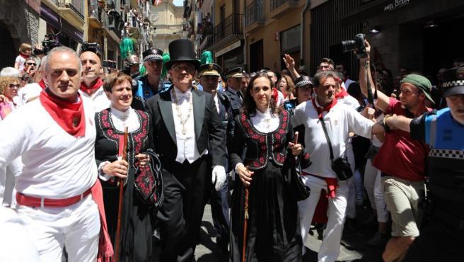 Enrique Maya y concejales de Navarra Suma son increpados durante la procesión de San Fermín a su paso por la calle Curia.