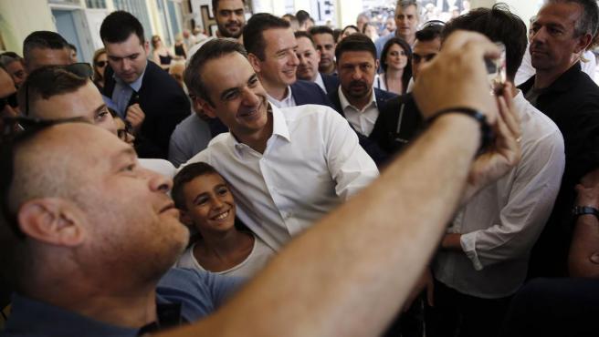 El candidato del partido conservador Nueva Democracia, Kyriakos Mitsotakis, tras ejercer su derecho al voto en las elecciones griegas.