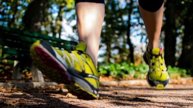 Salir a hacer deporte con este calor intenso conlleva serios riesgos para la salud que se pueden evitar.