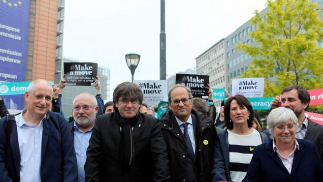 El expresidente Carles Puigdemont y el actual presidente, Quim Torra, frente al edificio de la Comisión Europea en Bruselas en una imagen de archivo.