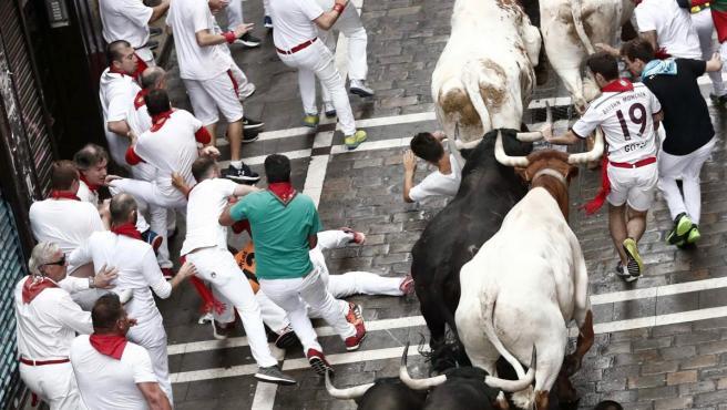Los toros de la ganadería salmantina de Puerto de San Lorenzo, en la calle Estafeta, durante el primero de los encierros de estos Sanfermines 2019.
