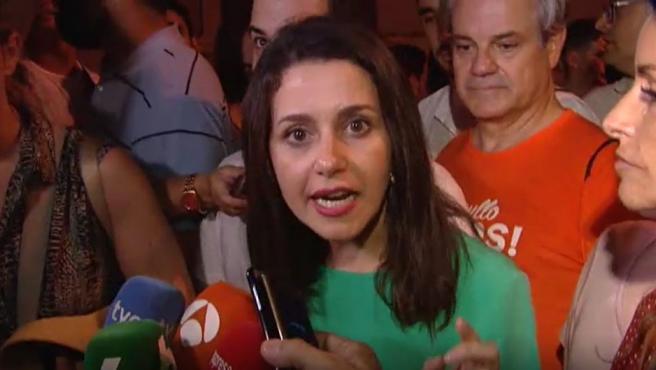 Inés Arrimadas hace declaraciones a los medios tras la expulsión de Cs de la marcha del Orgullo Gay en Madrid.