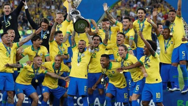 Los jugadores de Brasil, con el trofeo de la Copa América de Fútbol 2019, en el Estadio Maracanã de Río de Janeiro.