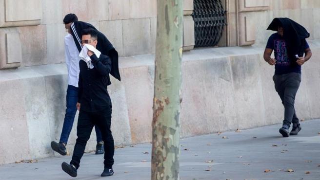 Tres de los acusados de la violación múltiple de una menor en Manresa, a su entrada en la Audiencia de Barcelona.