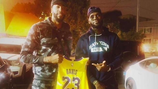 La imagen con la que LeBron entrega oficialmente su mítico dorsal al nuevo fichaje de los Lakers.
