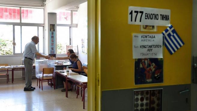 Un hombre vota en un colegio electoral en Grecia.
