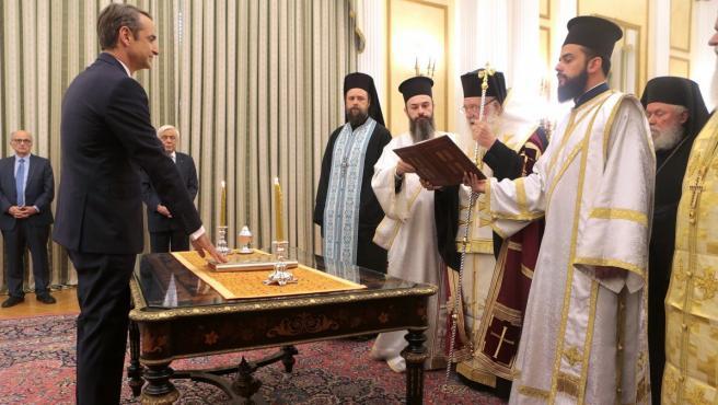 A diferencia de su antecesor, el izquierdista Alexis Tsipras, el líder conservador ha opatad por el juramento religioso ante el arzobispo de Atenas, Jerónimo II