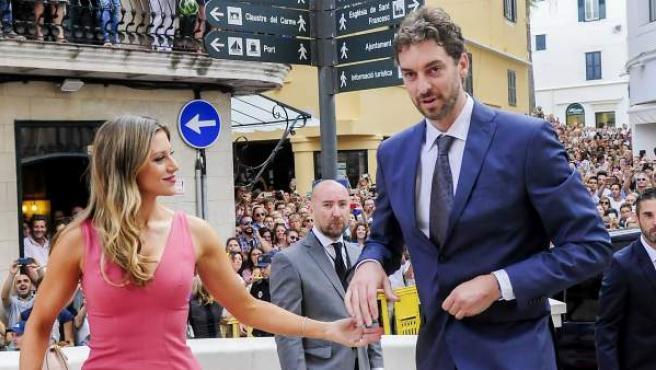 Pau Gasol y Catherine McDonnell en la boda de Sergio Llull en Menorca en el verano de 201.