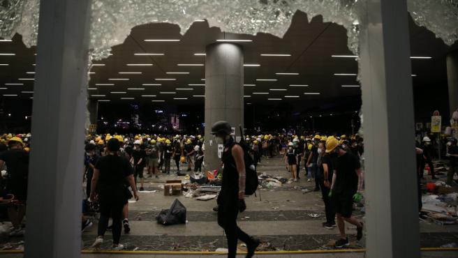 Imagen que muestra un cristal roto del Parlamento de Hong Kong, este lunes. Tras pasar más de cuatro horas intentando echar abajo la entrada del edificio con barras de acero, ladrillos o piedras, cientos de manifestantes consiguieron acceder al interior.