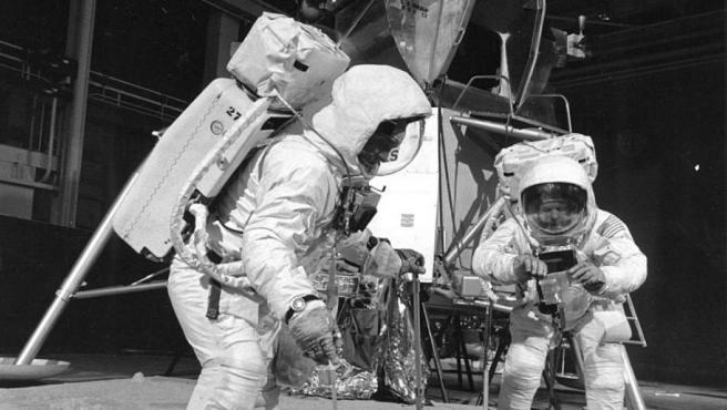 Buzz Aldrin y Neil Armstrong en un entrenamiento de la NASA. Los conspiranoicos argumentan que las filmaciones reales se hicieron en un escenario como este.