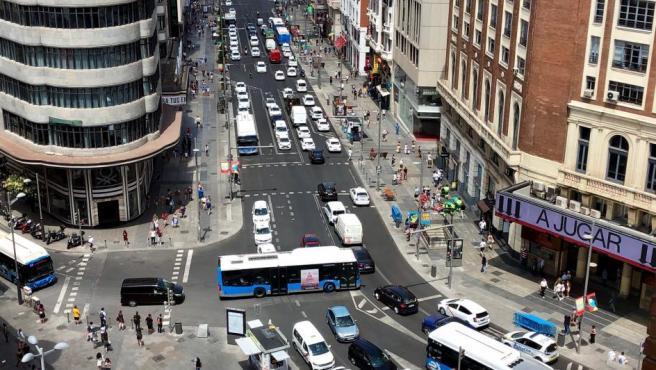 Imagen del tráfico en la Gran Vía en una de las zonas delimitadas por Madrid Central.