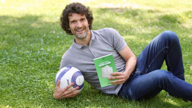 Carlos Marañón, hijo, sobrino y nieto de futbolistas, posa con el libro 'Quedará la ilusión'.