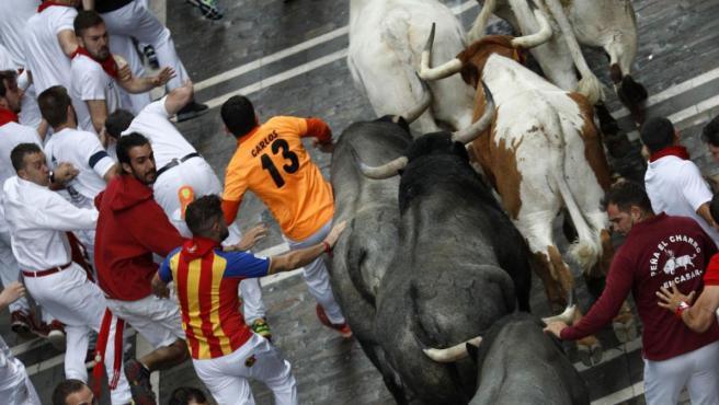 Los toros de la ganadería de José Escolar Gil, de Lanzahíta (Ávila), a su paso por la calle de La Estafeta de Pamplona durante el tercer encierro de los Sanfermines 2019.