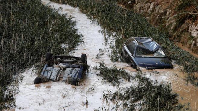 Vehículos arrollados en el río Cidacos, en Tafalla (Navarra), tras las lluvias torrenciales. Los daños provocados también han afectado a otras localidades como Olite, Pueyo, Pitillas o Beire.