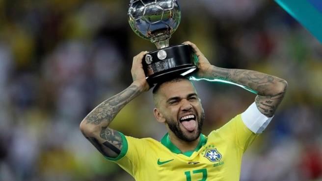 Dani Alves celebra la conquista de la Copa América