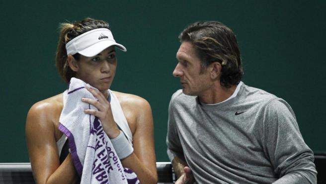 La tenista española Garbiñe Muguruza, junto a su entrenador, el francés Sam Sumyk.