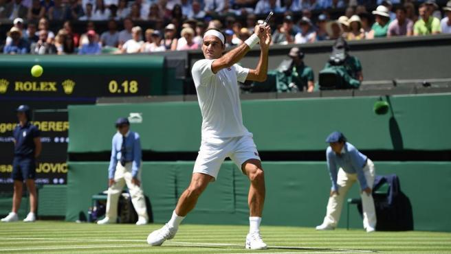 Roger Federer ejecuta un revés cortado
