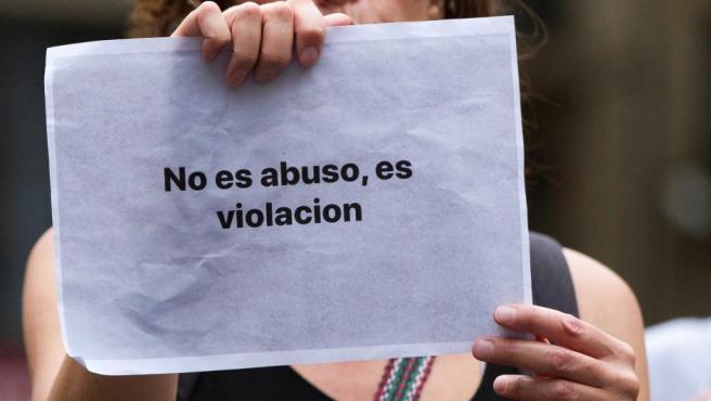Una mujer muestra un cartel durante la concentración convocada por la presunta violación cometida por La Manada de Manresa.