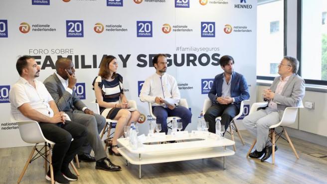 Los cinco participantes en el Foro Familia y Seguros, organizado por 20minutos y patrocinado por Nationale-Nederlanden, moderado por el subdirector del periódico, Raúl Rodríguez (tercero por la izq.).