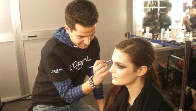 Sesión de maquillaje en el 'backstage' de la Pasarela Cibeles.