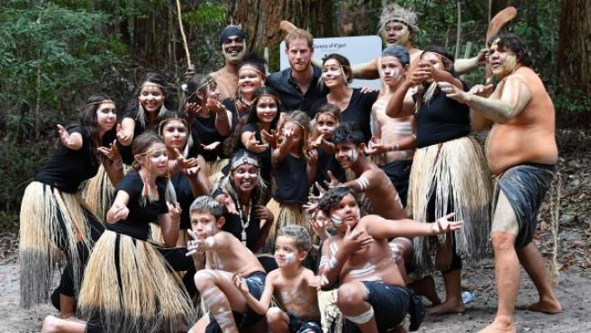 El príncipe Harry (c), duque de Sussex, posa junto a un grupo de aborígenes Butchulla, los propietarios tradicionales de la Isla Fraser, en Pile Valley (Australia).