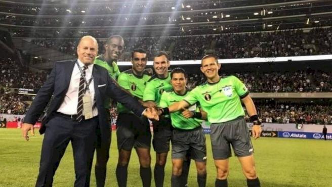 El linier guatemalteco, junto a su equipo arbitral en la Copa Oro.