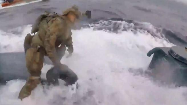 Un guardacostas salta a un submarino cargado de droga.
