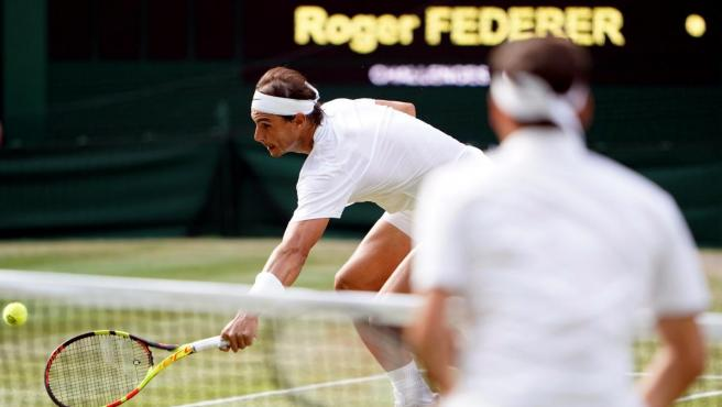Nadal salva un punto impemsable en la semifinal de Wimbledon contra Federer.