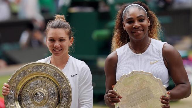 Simona Halep y Serena Williams tras la final de Wimbledon 2019.