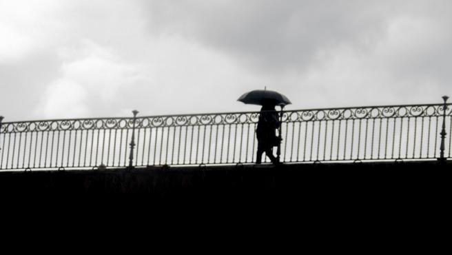Una persona con un paraguas en un día de lluvia.