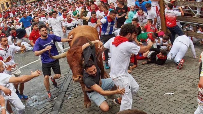 Los toros de la ganadería sevillana de Miura, a su paso por el tramo de Telefónica, durante el octavo y último encierro de los Sanfermines 2019.