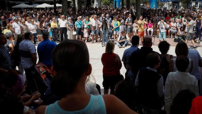 Vista de la concentración convocada por el Ayuntamiento de Beasain en repulsa de la agresión sexual sufrida por una vecina de la localidad.