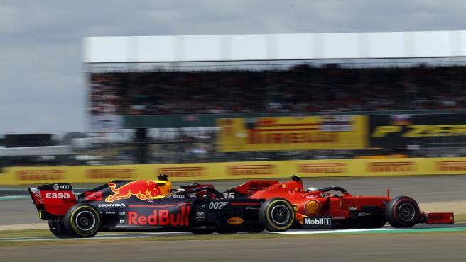Charles Leclerc y Max Verstappen, rueda a rueda durante el GP de Gran Bretaña.