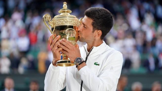 Novak Djokovic, con el trofeo conquistado en Wimbledon 2019.