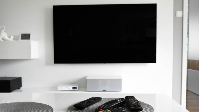 Una televisión en el salón.