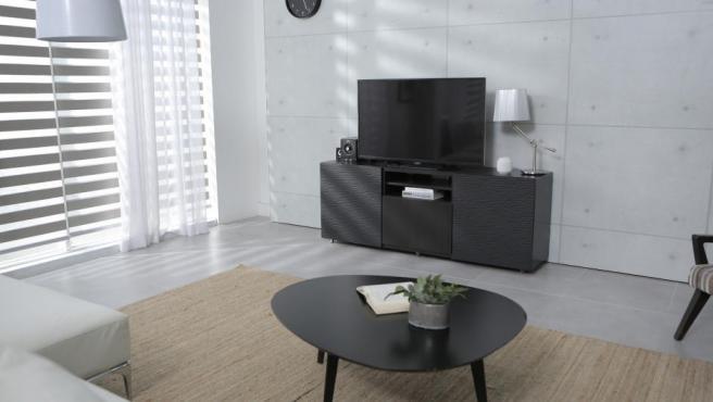 Una tele sobre mueble en el salón.