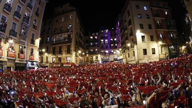 Miles de personas despiden desde la Plaza del Ayuntamiento de Pamplona los Sanfermines de 2019, con velas encendidas y entonando el tradicional 'Pobre de mí'.
