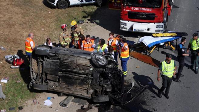 Liberan a un conductor atrapado tras chocar con un talud y volcar en Salceda, Vigo.