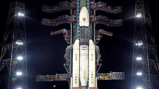 """La India suspende su misión al inexplorado polo sur de la Luna por un """"problema técnico"""""""