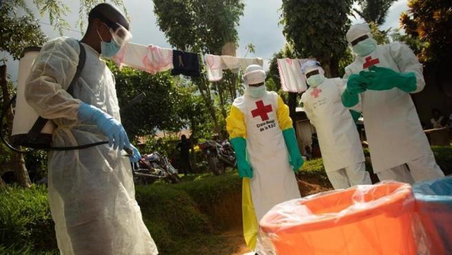 Miembros de la Cruz Roja actúan tras una muerte por un posible caso de ébola en Beni, República Democrática del Congo.