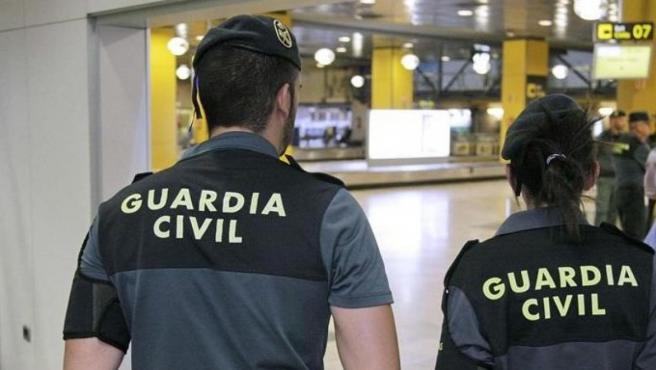 Dos agentes de la Guardia Civil, en una imagen de archivo.