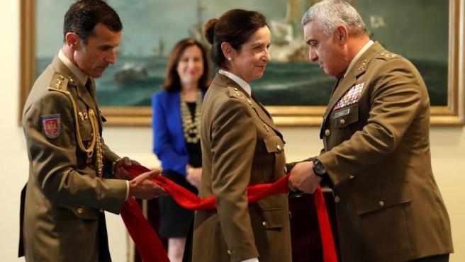 El Jefe del Estado Mayor, el General Francisco Javier Varela, impone a la General Patricia Ortega el fajín militar.