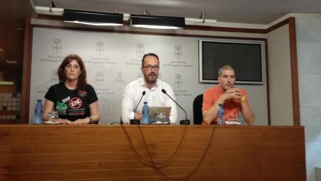 El diputado de Vox, Ignacio Blanco, en rueda de prensa junto a dos integrantes del colectivo de interinos de Asturias.