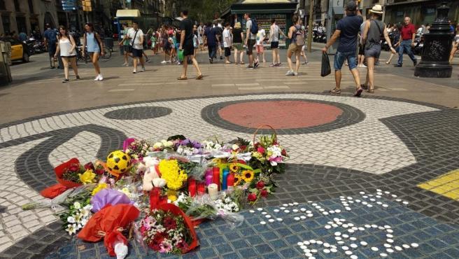 Objetos en La Rambla por el aniversario del atentado.